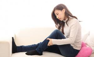 【脚・ひざ】足の悩みで部屋にこもりがちな女性