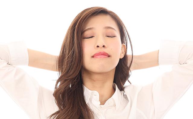 【肩こり】首の後ろをのばす女性